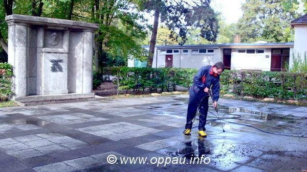 Reinigen der Bodenplatten