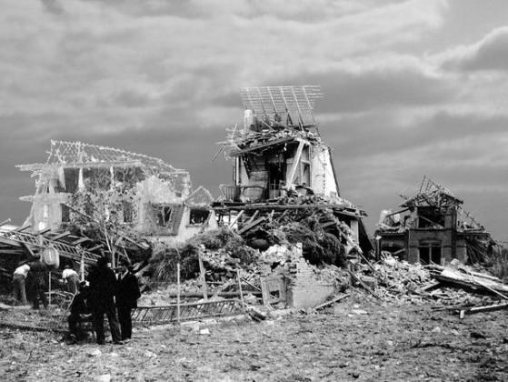 In der Austrasse, vor den Trümmern ihrer Häuser