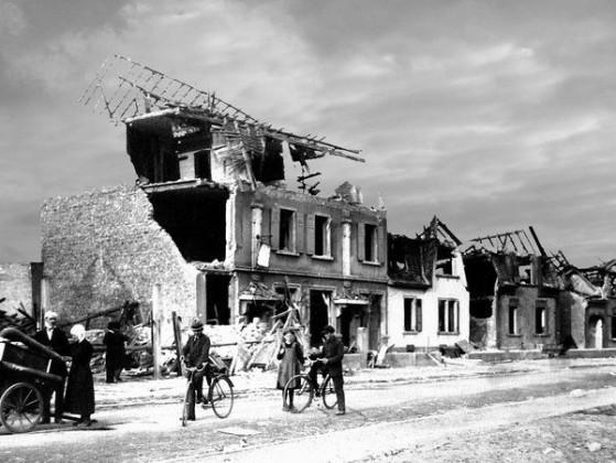 """Strasse zum Werk, zerstörtes Gasthaus """"Zur Rheinlust"""""""