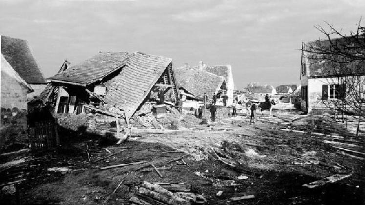 Edigheim 1883 Untergasse nach dem Hochwasser Zu Fuß und zu Pferd suchen Männer Reste ihrer Häuser auf