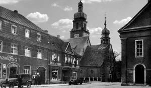 Oppau 1938. Zum Pflug. Daneben Metzgerei Wilhelm Fröhlin, dann kath. Kirche und rechts: prot. Kirche