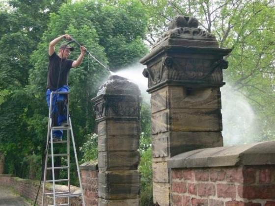 Oppau 22.5.2009 Manfred Götz läßt die Parkmauer von der Firma Olsons, Edigheim reinigen.