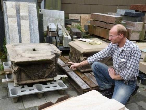 Oppau 9.9.2010. Manfred Götz läßt das Steinportal von der Edigheimer Steinmetz-Firma Dressler restaurien.