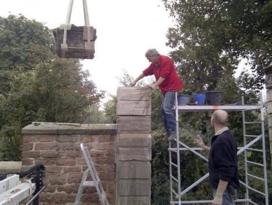 Oppau 30.9.2010. Manfred Götz läßt das restaurierte Steinportal wieder aufbauen. Aufnahme: Hans Mültin.