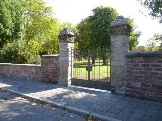 Oppau 11.10.2010 Das neue Tor am Park glänzt im Sonnenlicht.
