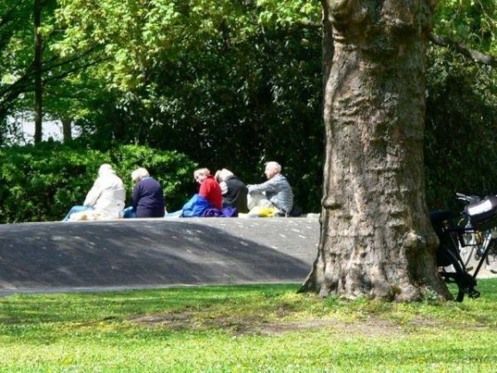 Oppau 29.4.2006 Park im Frühling. Radlergruppe beim Picknick
