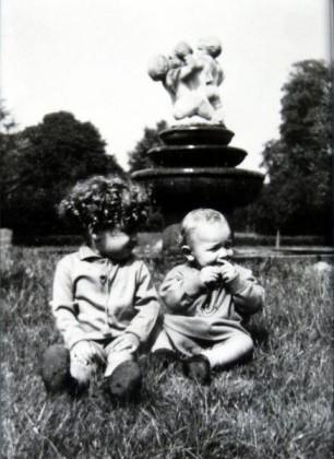 Oppau 1942. Vogeltränke im Park