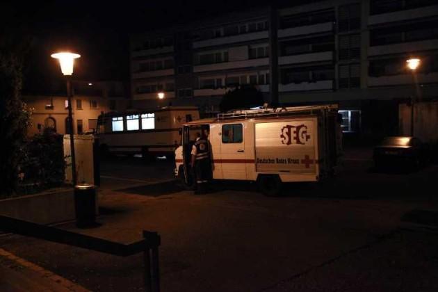 Fahrzeuge des DRK und der schnellen Einsatzgruppe SEG stehen auf dem Vorplatz des Bürgerhauses in Oppau