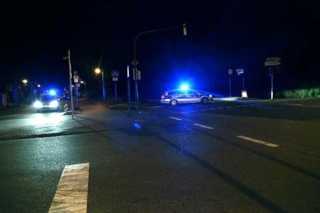 Auch an der Durchfahrt zum Ostring steht ein Streifenwagen der Polizei