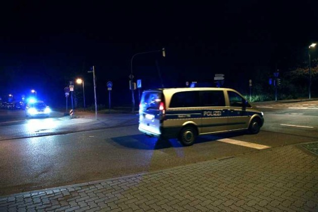 Und immer wieder fahren Polizeiwagen durch Oppau