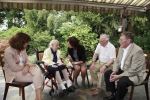 OB Dr. Eva Lohse, Ministerpräsidentin MaLu Dreyer, Schwiegersohn von Charlotte Klamroth und Ortsvorsteher Udo Scheuermann im Gespräch mit der Jubilarin
