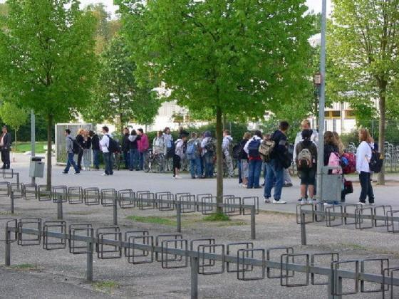 Die Schüler sammeln sich auf dem Schulhof