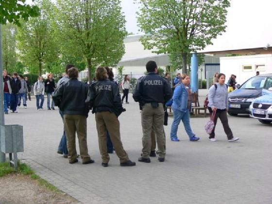 Polizei überwacht den Schulhof