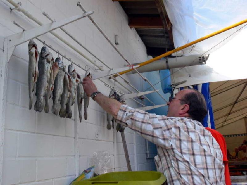 Karfreitags-Fischessen beim SAV Gut Fang am Gehlenweiher. Räucherforellen.