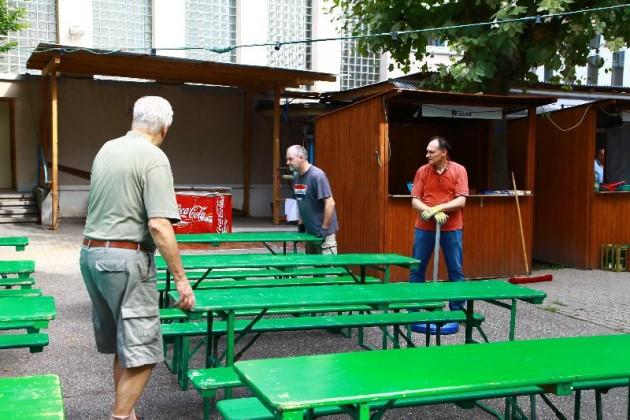 Liederkranz Sommerfest, die Bierzeltgarnituren werden aufgestellt