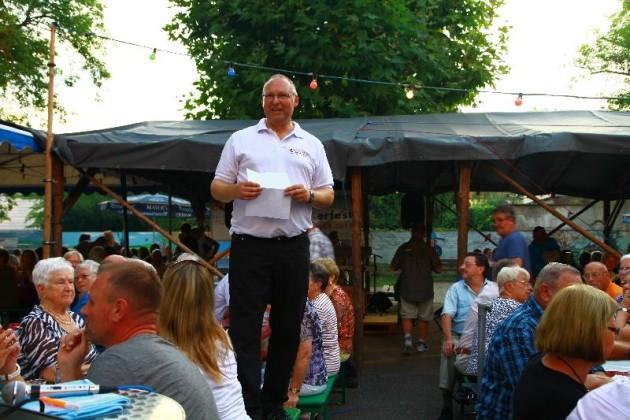 1.Vorsitzender Klaus Müller Begrüßung während Stromausfall
