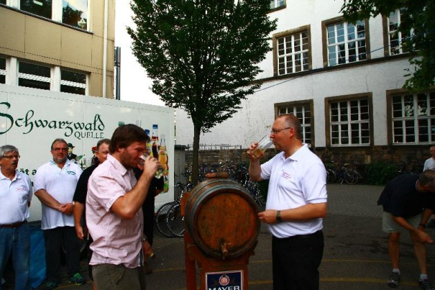 Johannes Hofmann von Weingut Raßkopf-Hofmann und Klaus Müller stechen das Weinfass an