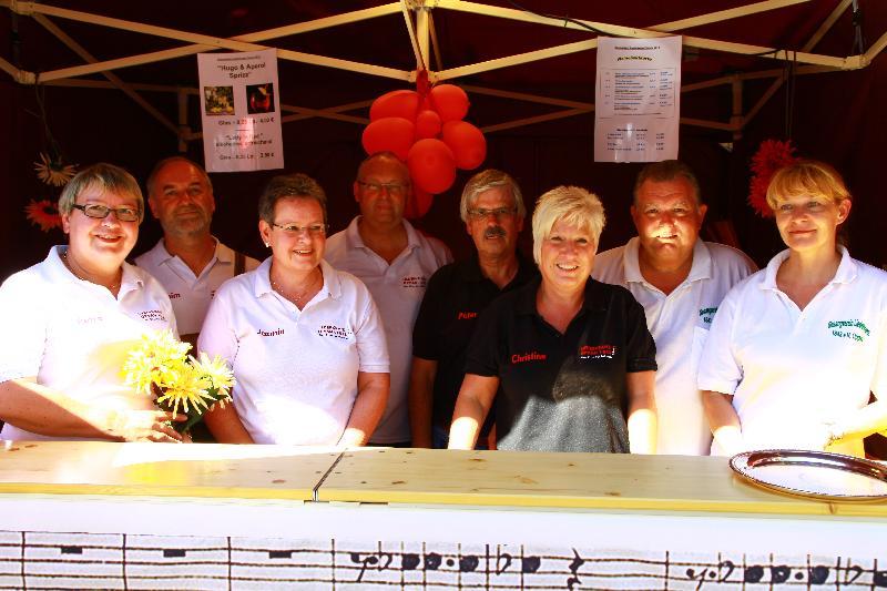 1. Vorsitzender Klaus Müller und 2. Vorsitzender Joachim Wadlinger (hinten von rechts) mit Vorstandskollegen