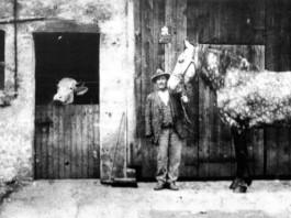 Mees Johann bei dem fingierten Fototermin für eine Postkarte