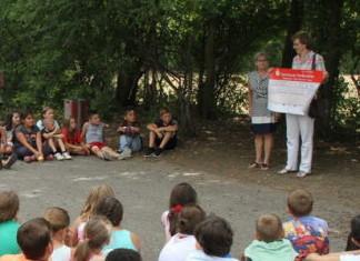 Großer Empfang zur Scheckübergabe durch Karin Geiger vom Marketing-Verein Ludwigshafen an Schulleiterin Irmgard Steigner (links)
