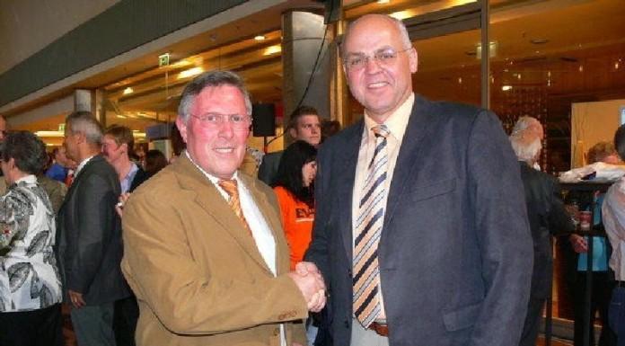 Roman Bertram (R) gratuliert Udo Scheuermann