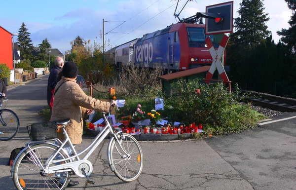 4 Tage nach dem Unfall. Kreuz, Kerzen, Blumen und persönliche Briefe. Diskussionen unter Anwohnern.