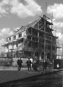 25.12.1916 Oppau erhält ein neues Rathaus. Architekt Prof. Pützer, Darmstadt. Das alte Rathaus wird als Lagerhaus verwendet.