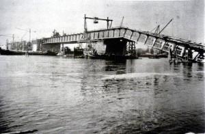 12.12.1940 stürzte die kurz vor der Vollendung stehende Rheinbrücke (heutige 'Theodor-Heuss-Brücke') ein. 30 Bauarbeiter fanden dabei den Tod in den eisigen Fluten.