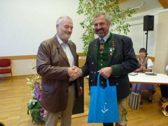 Geschenkübergabe von Hubert V. Eisenhauer an BGM Frosch