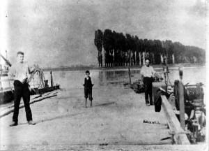 """Oppauer Rheinfähre Fahrbetrieb seit 15. Juli 1837, eingestellt 1911. Die Oppauer Rheinfähre wurde nach der Tulla'schen Rheinkorrektur zur Fahrt über den """"Neuen Rhein"""" zum Oppauer Grundbesitz auf der Friesenheimer Insel eingesetzt."""