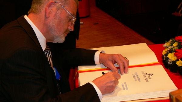 Hubert Valentin Eisenhauer beim Eintrag in das Goldene Buch der Stadt