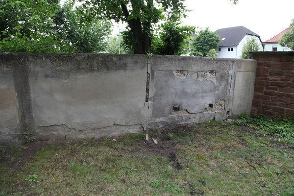 Einsturzgefährdete Mauer.