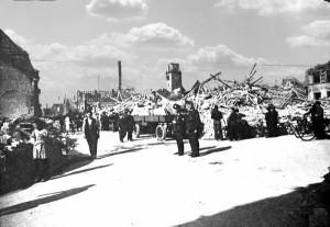 Oppau 1943 Friedrich-Strasse Blick in die Schulstraße. Zerstörte Bäckerei Georg Wüst