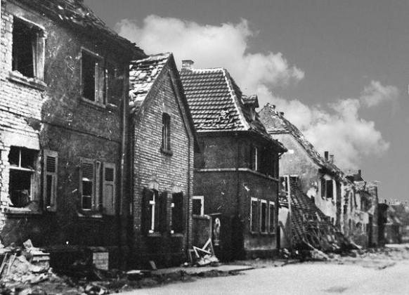 Oppau 1941. Zerstörte Häuser in der Friedrich-Str.