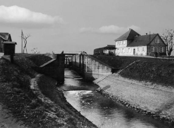 Blick auf die Schleusenkammer und Gasthaus Rheinlust