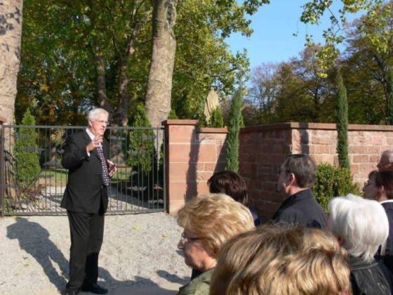 Edigheim 25.10.2008. Manfred Götz übergibt die renovierte Friedhofsmauer