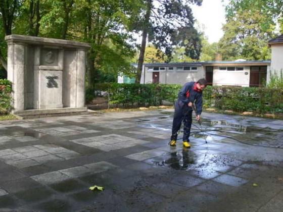 Oppau 7.10.2009. Ehrenmal und Kriegsgräber auf dem Friedhof werden gereinigt.
