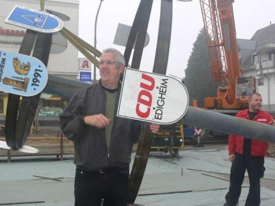 Edigheim 13.10.2008 Der restaurierte Vereinsbaum wird aufgestellt