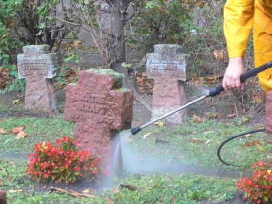 Oppau 22.10.2009. Kriegsgräber werden gereinigt.
