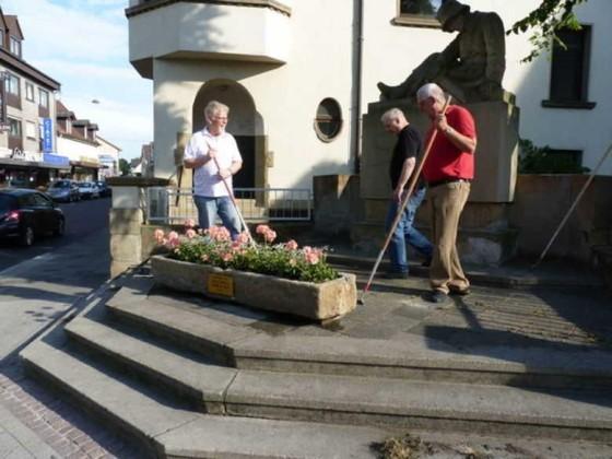 Edigheim 26.5.2011 Steinerner Blumentrog mit Blumen für das Krieger-Denkmal.