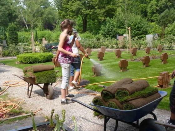 Friedhof Oppau 29.6.2010 Schüler der Hauptschule Edigheim richten das Kriegsgräberfeld her.