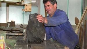 Im Sägewerk, Eichenholz unter erschwerten Bedingungen in kleinere Stücke, zerlegen