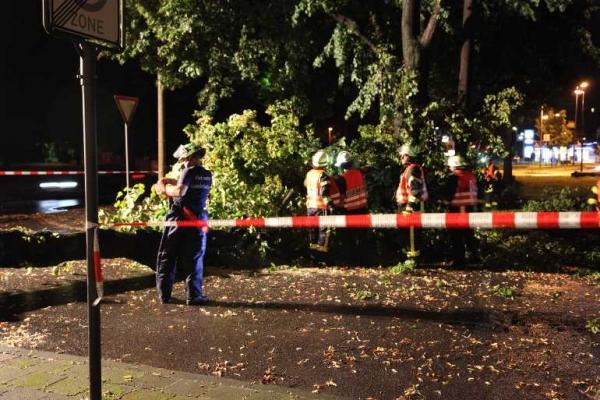 Die Feuerwehren mussten mit Absperrungen die betroffenen Strassen sichern