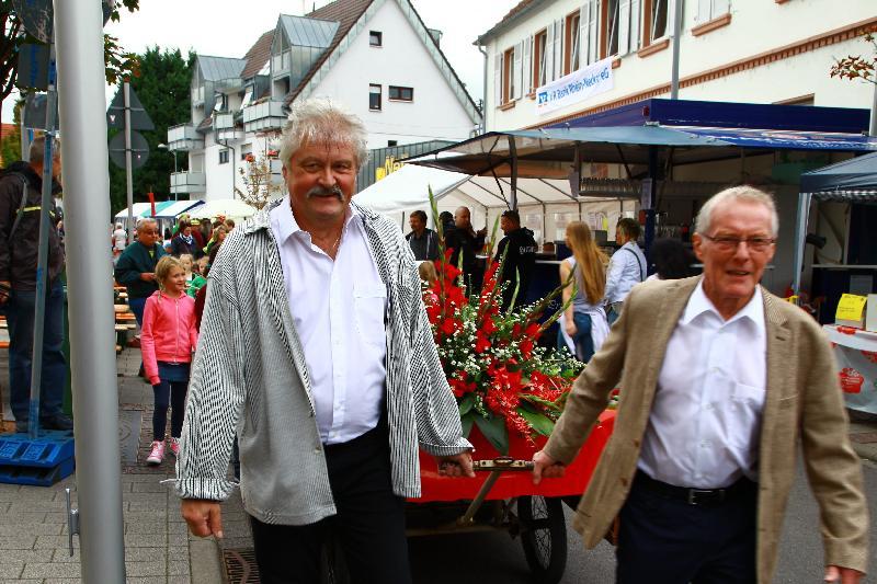 Ortbeirat Hubert Seipolt und Stadtrat Peter Massar führen den Zug an