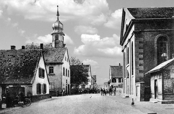 KI: Oppau 1910 Kirchen-Strasse. Links: altes Rathaus, kath. und prot. Kirche