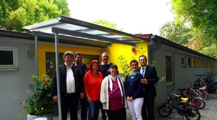 Die Kindergartenverantwortlichen, die beiden Vertreter der Firma Eichler und Kammerer sowie Manfred Götz (Hintergrund)