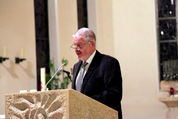 Hubert Eisenhauer - Vorsitzender der ARGE Oppau moderiert den Abend und begrüßt die Gäste