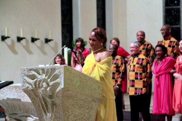 Die französische Chorleiterin begrüßt die Anwesenden in deutscher Sprache