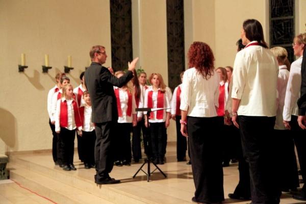 Der deutsche Chorleiter, Stefan Merkelbach und seine Sängerländer in Aktion