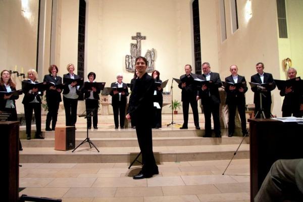 Der griechische Chor mit zufriedenem Chorleiter